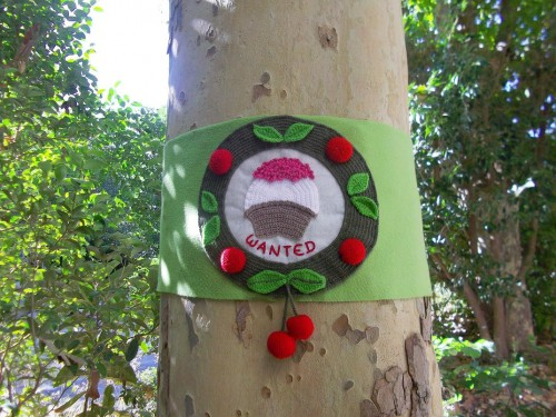 Yarn Bombing, Installation, Cerises, Wanted, Street Art, Art textile, Domovoï